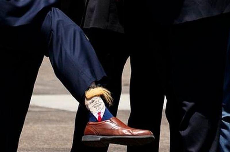Чиновник встретил Трампа в лохматых носках с его портретом