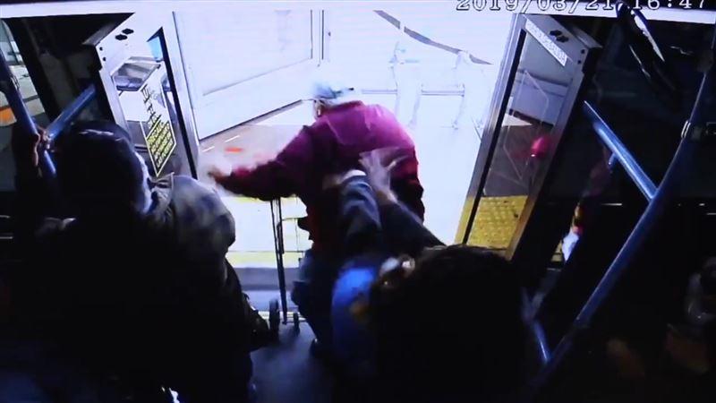 Женщина вытолкнула пенсионера из автобуса, и он умер