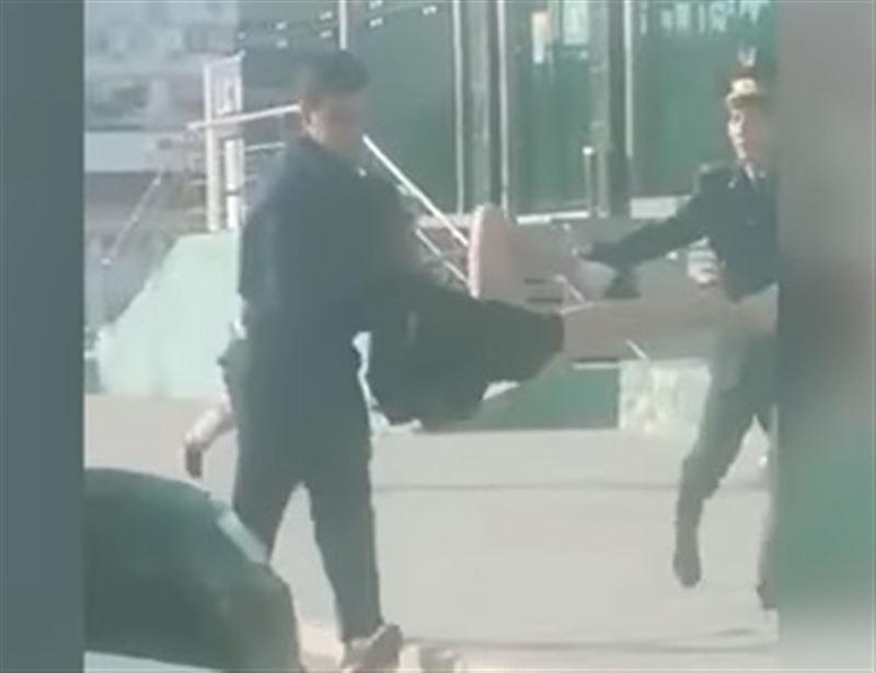 В Актау оштрафовали мужчину, разгуливавшего по городу в женском платье