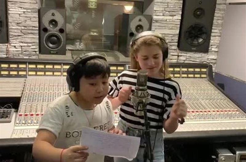 Дочь Алсу и финалист «Голос. Дети» Ержан Максим спели дуэтом на камеру