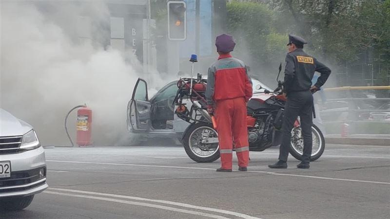Авто вспыхнуло рядом с ТРЦ Grand Park в Алматы