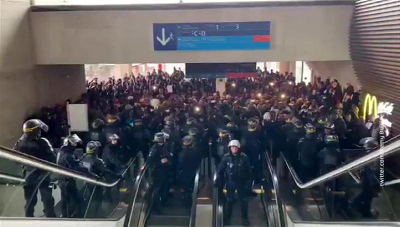 Несколько сотен бездомных заблокировали аэропорт в Париже