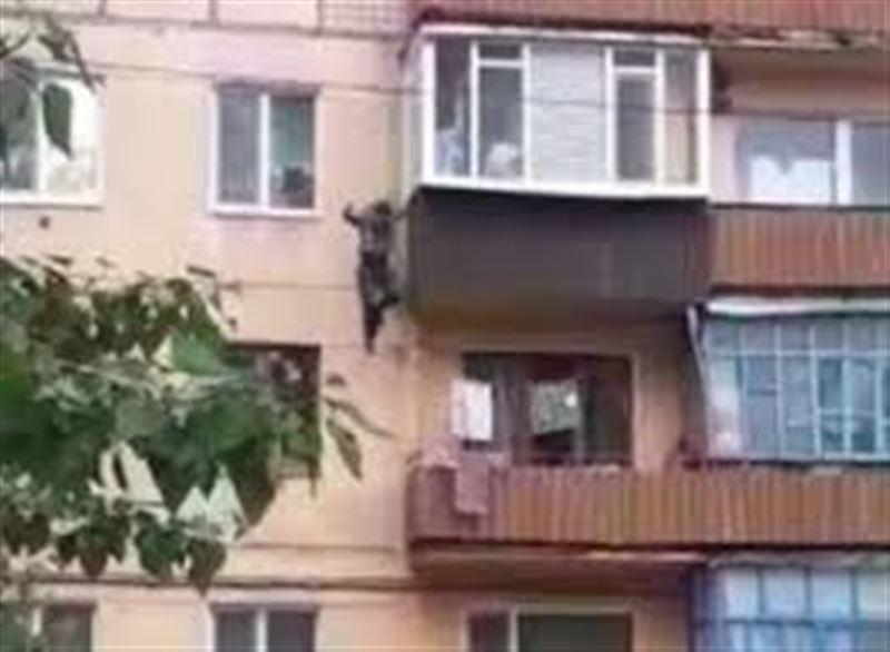Қостанай облысында ер адам балконнан секіріп кетті