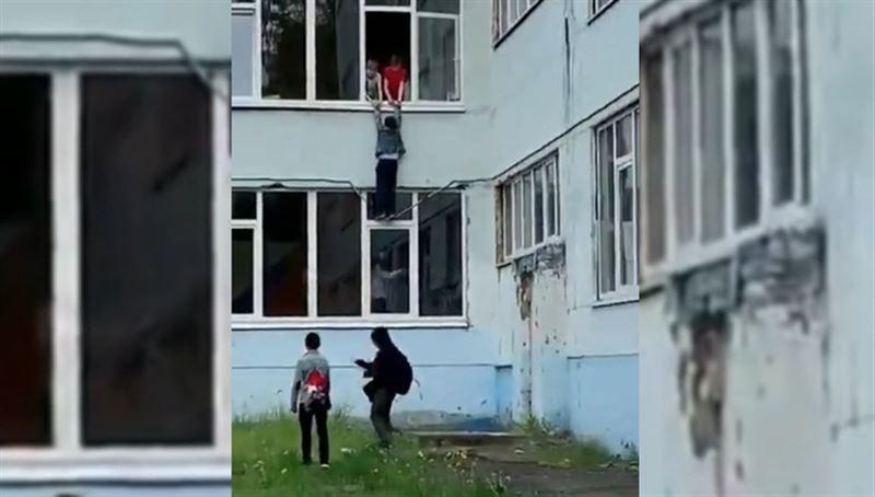 В Ростове школьник едва не выпал из окна