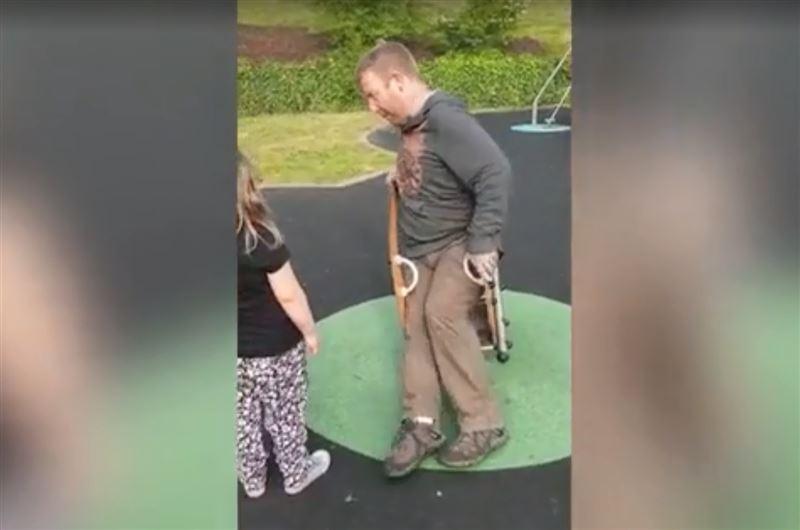 Пожарные спасли мужчину, застрявшего на детском аттракционе