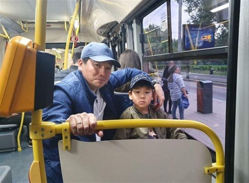 Аким Алматы прокатился с сыном в автобусе