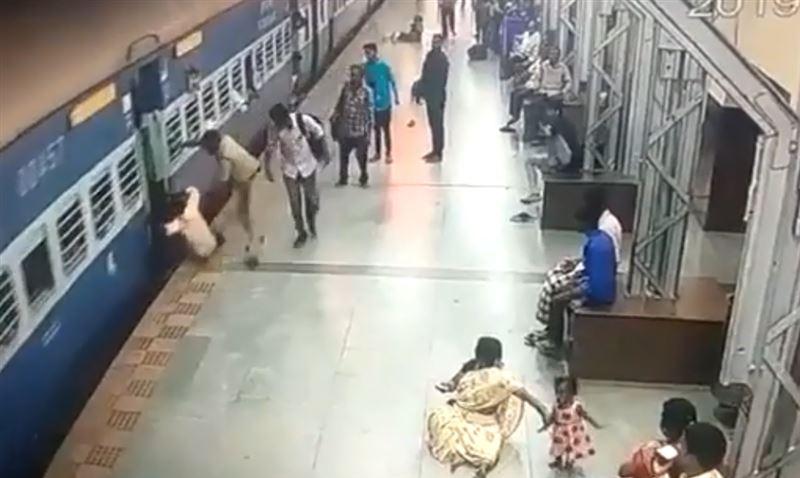 Полицейский спас мужчину, едва не попавшего под поезд