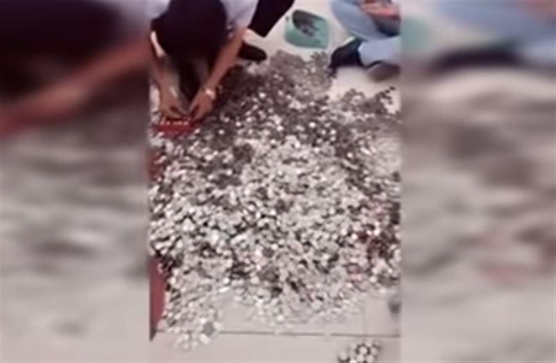 Китаянка расплатилась за машину 66 мешками с монетами