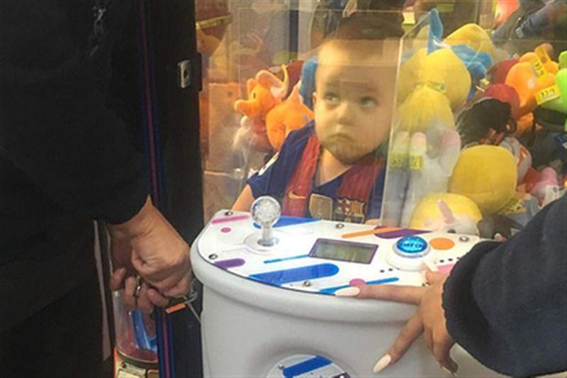Спасатели вытащили трехлетнего мальчика из автомата с игрушками