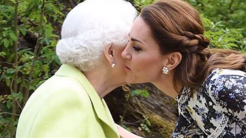 Кейт Миддлтон поцеловала Елизавету II и нарушила протокол