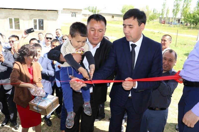 Түркістан облысында түлектер 4 баланың анасына үй алып берді
