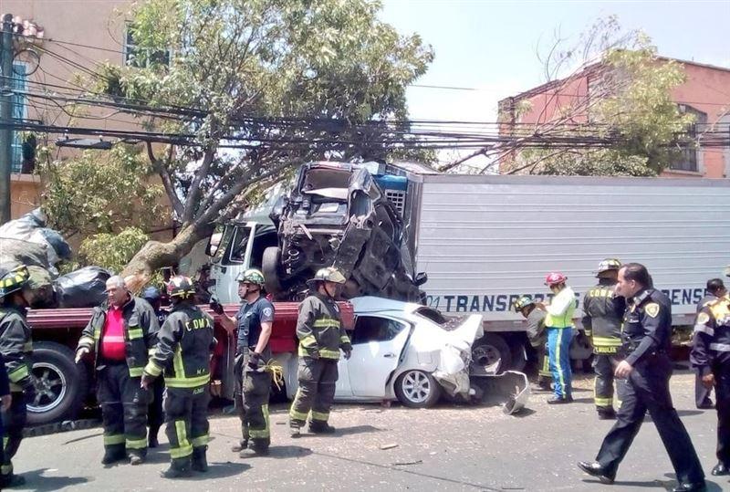 Водитель трейлера протаранил 15 автомобилей, уходя от погони