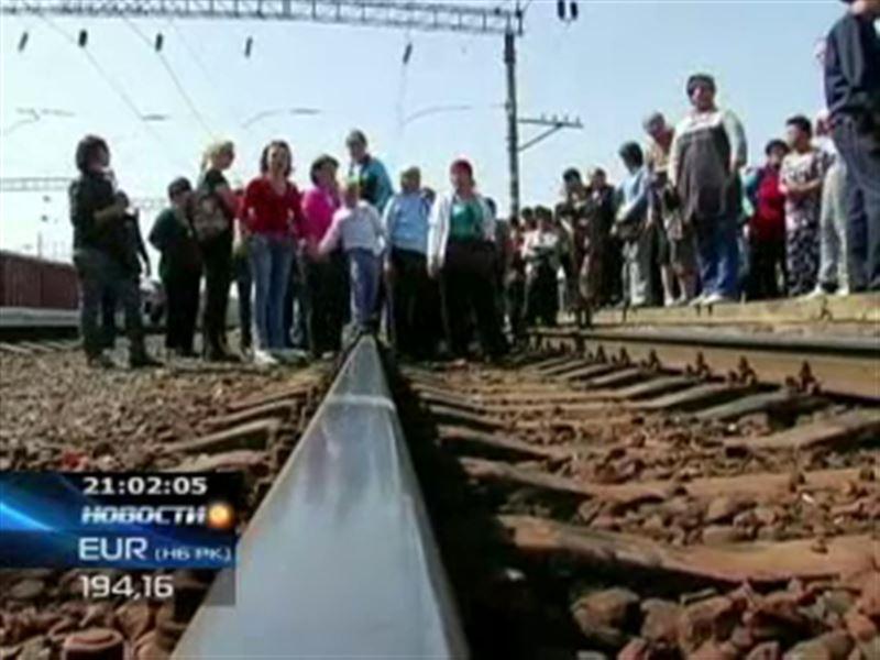 Десятки людей перекрыли железнодорожные пути на станции Шу