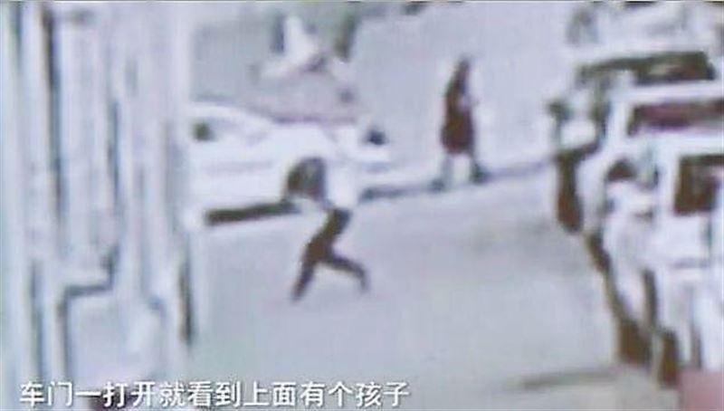 Прохожий поймал упавшего с пятого этажа младенца