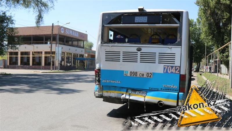 Фура врезалась в пассажирский автобус в Алматы