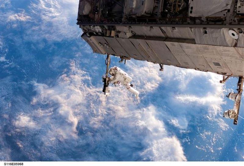 Космонавты забрали полотенце, провисевшее 10 лет в открытом космосе