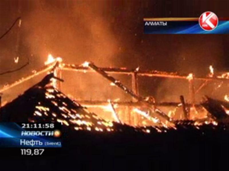 На окраине Алматы сгорел многоэтажный дом