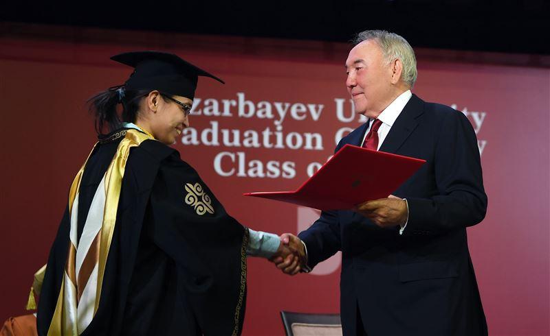 Елбасы вручил дипломы с отличием выпускникам Назарбаев Университета
