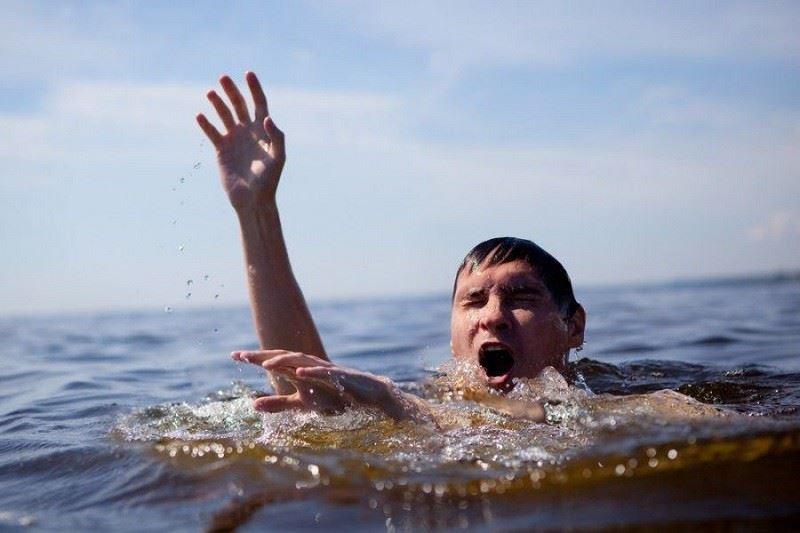 Жаныңыздағы адамның суға батып жатқанын қалай білуге болады