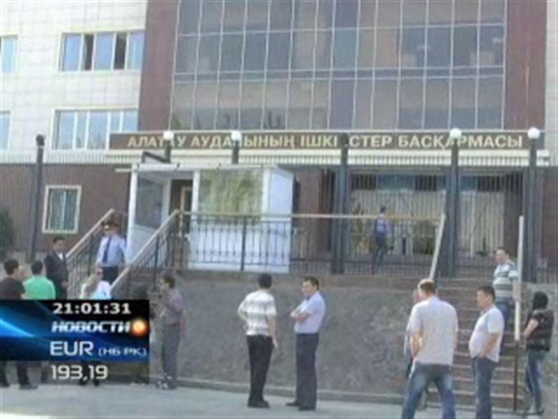 В Алматы из окна районного отдела полиции выбросился мужчина