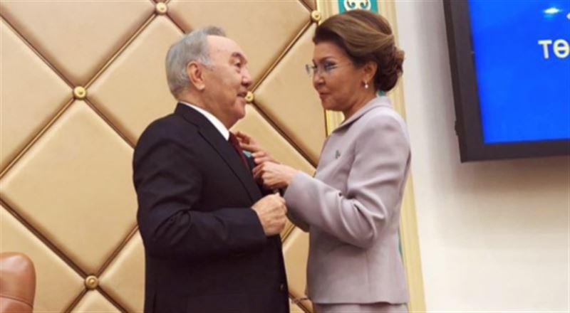 Елбасы вручили знак и удостоверение почетного сенатора