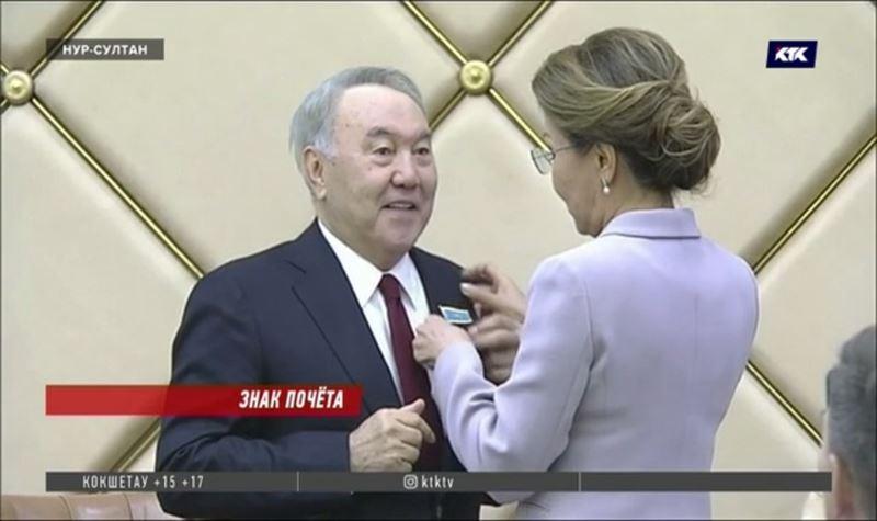 Нурсултану Назарбаеву вручены атрибуты почётного сенатора