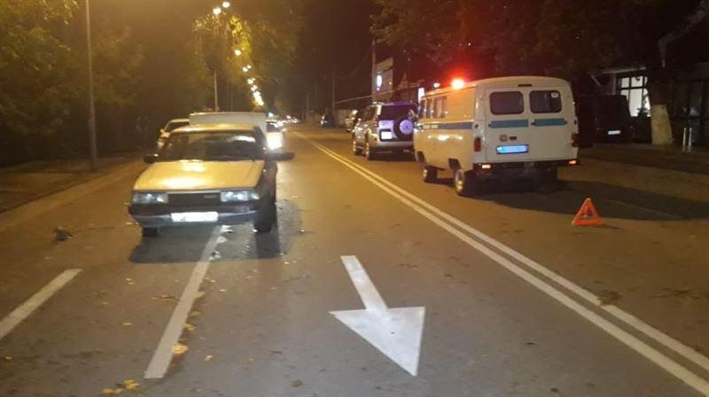 Женщина оказалась под колесами двух автомобилей в Алматы