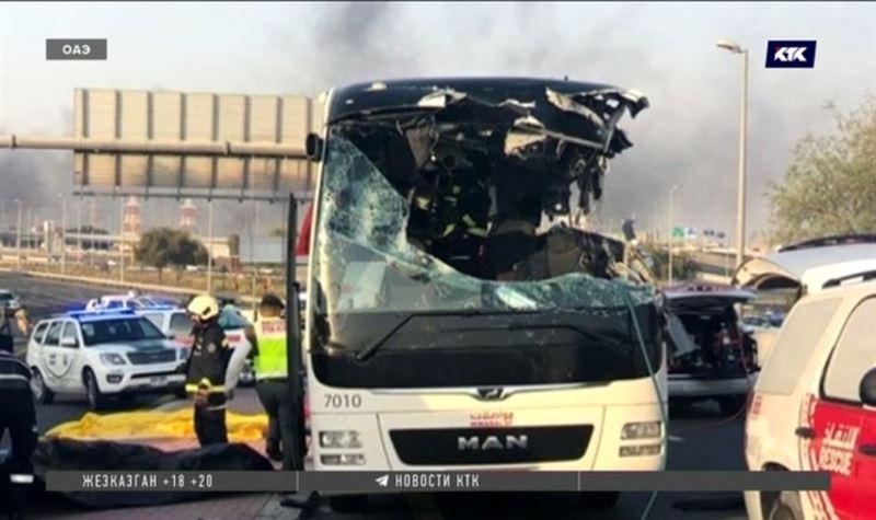 17 погибших – в Дубае туристический автобус врезался в дорожный знак