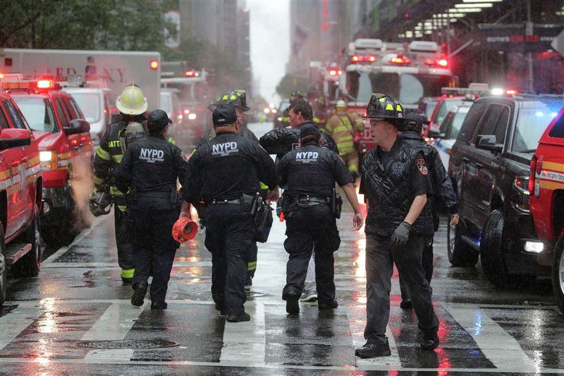 Вертолет рухнул на крышу многоэтажки в Нью-Йорке
