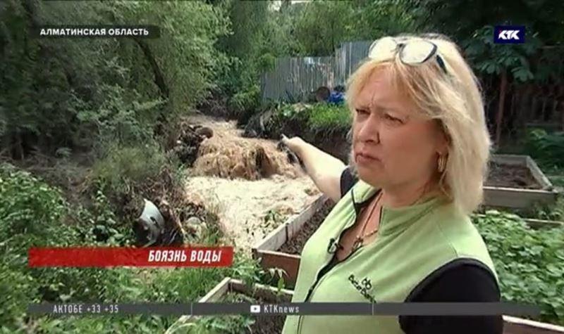 Грязевой поток сошел на жилой массив под Алматы