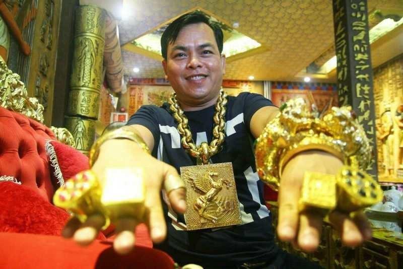 13 келі алтын таққан ер адам жұртты таңқалдырды
