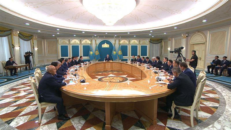 Президент заявил, что чиновники должны работать с людьми, а не отсиживаться в кабинетах