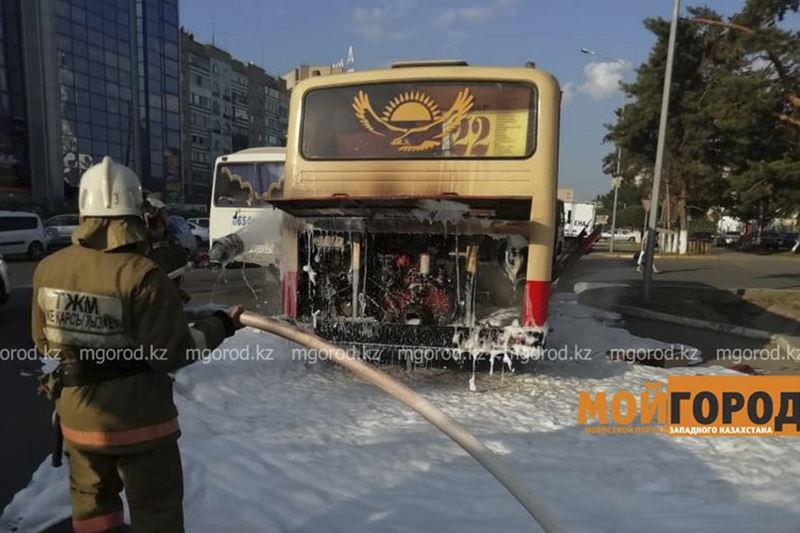 Оралда жүріп бара жатқан автобус өртенді
