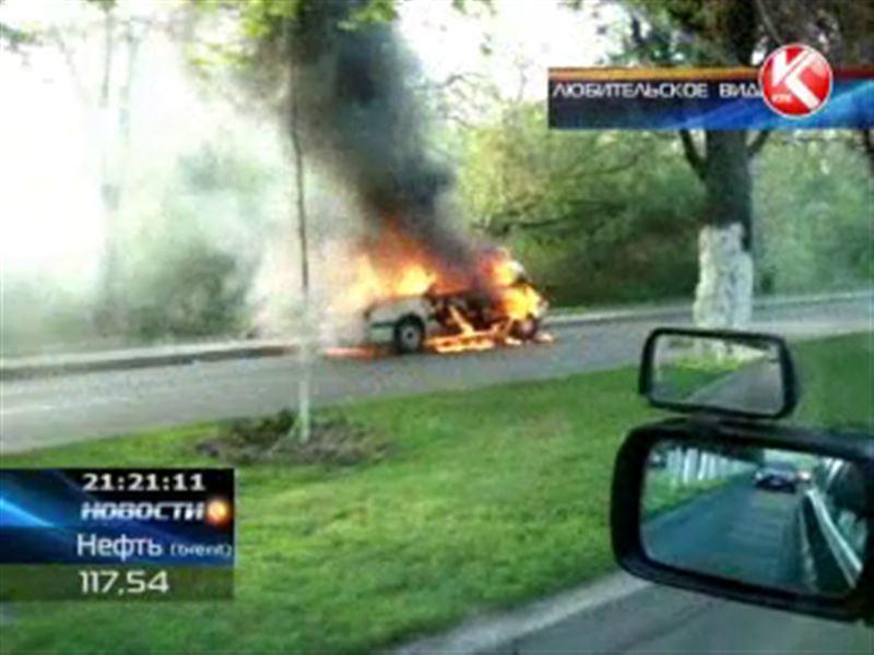 В Алматы дотла сгорел автомобиль