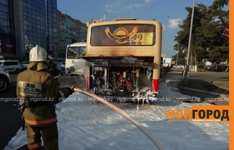 Автобус с пассажирами вспыхнул в Уральске
