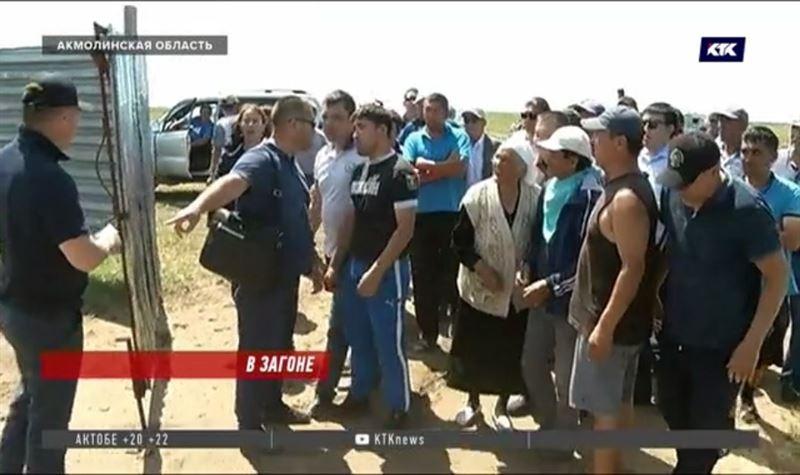 Жители посёлка вынуждены держать коров и лошадей в загоне