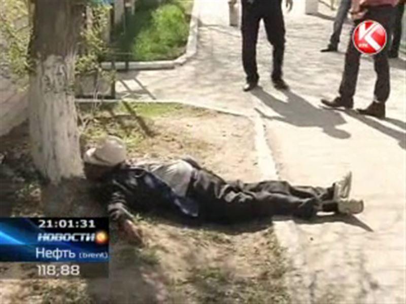 В Актобе у ворот ЦОНа умер пенсионер