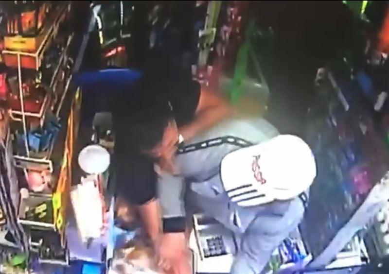 Полиция помешала вооруженному мужчине ограбить магазин в Алматы