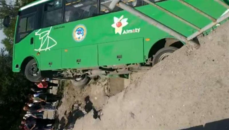 Пассажирский автобус упал с моста на Талгарской трассе