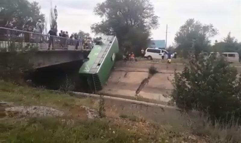 Алматы облысында жолаушылар автобусы көпірден құлады