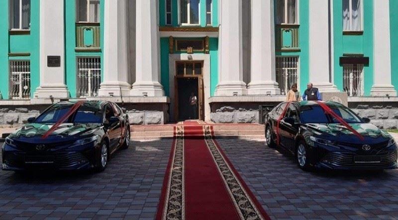 Жаңа Президент Жазушылар Одағына қос көлік сыйлады