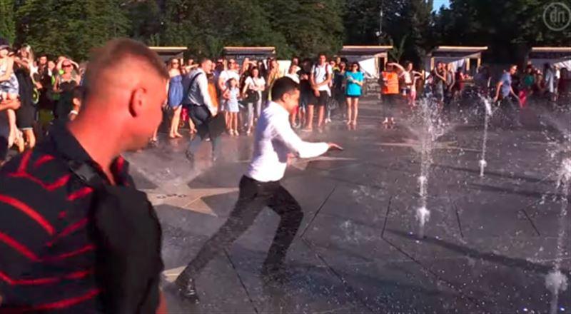 Президент Украины во время визита в Мариуполь покупался в фонтане