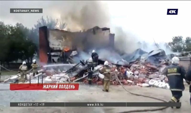 В Костанае сильный взрыв разрушил здание с кафе и СТО, есть пострадавшие