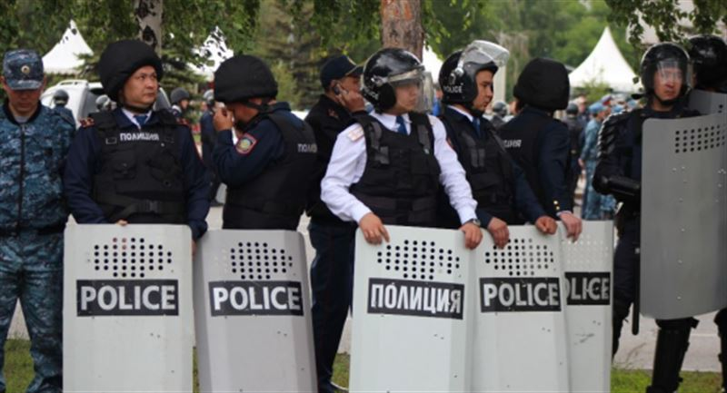 Елімізде митинг кезінде 300-ден аса полицей зардап шекті