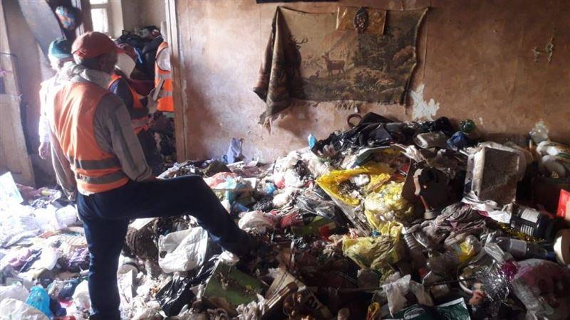 Более 30 тонн мусора вывезли рабочие из квартиры женщины в Атырау