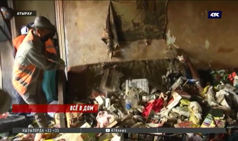 Атырауская пенсионерка 20 лет складировала мусор в своей квартире