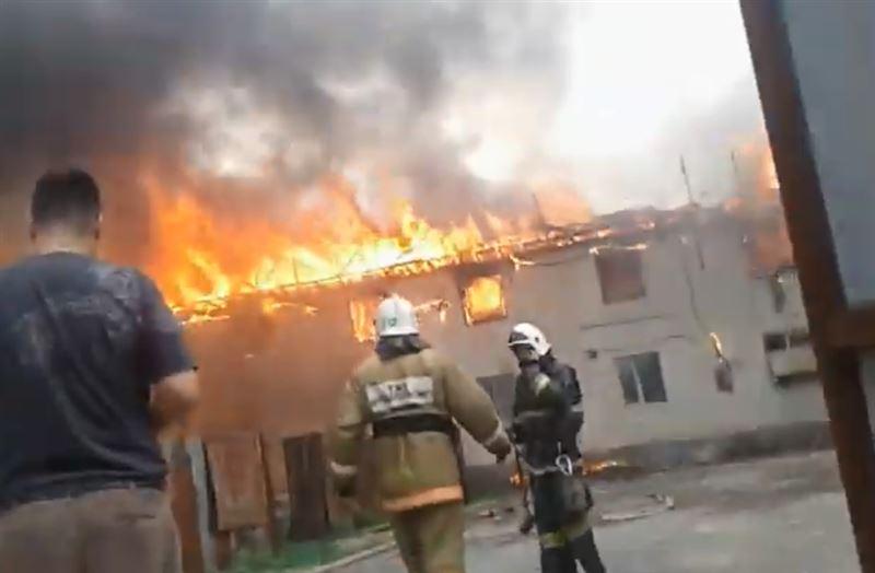 Пожар вспыхнул в 2-этажном общежитии в Алматы