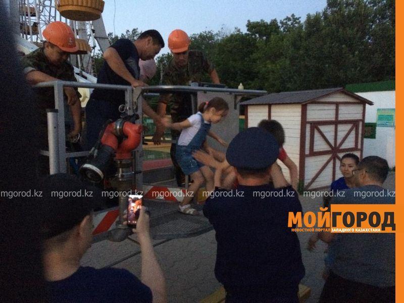 Спасатели снимали людей со сломавшегося колеса обозрения в Уральске