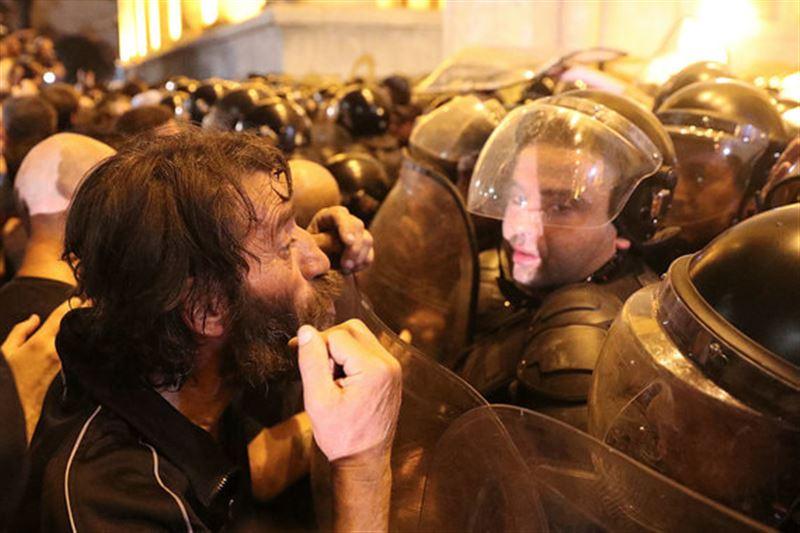В Тбилиси разогнали протест перед зданием парламента
