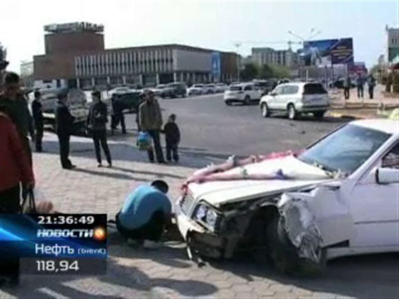 В Актау машина c молодоженами врезалась в эвакуатор